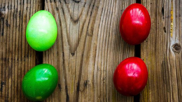 За сравнение сме боядисали яйца с едни и същи бои яйца с бели и кафяви черупки. При зеленото, синьото и жълтото разликата в цветовете е доловима - кафявите са с по-наситени, плътни цветове. При червеното разликата е почти незабележима.