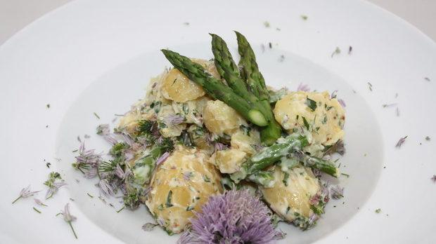 Пролетна картофена салата с аспержи, цветя от чайвс (див лук) и естрагон дресинг.
