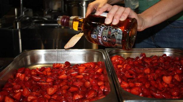 Ягодки с 12-годишно уиски Chivas Regal