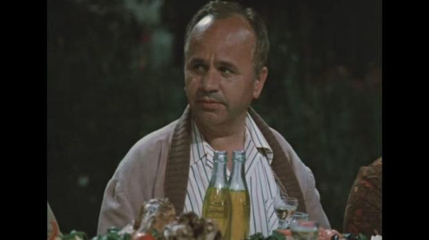 Георги Русев на масата в кадър от филма