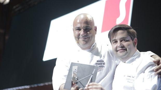 Анхел Леон (дясно) - най-добър готвач на годината.