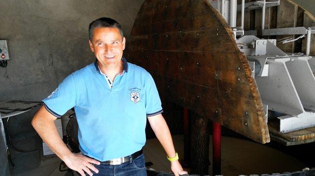 Жерол Бол пред своята единствена в Шампан дървена преса.