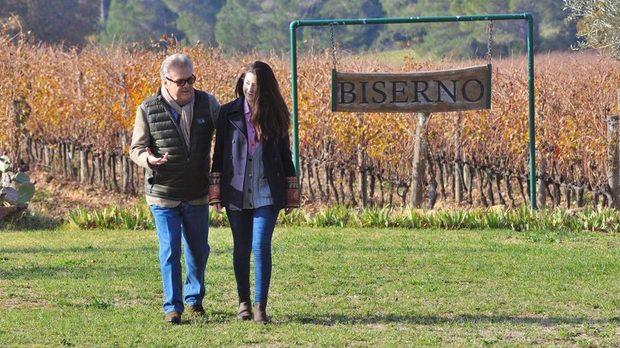 Лодовико Антинори с дъщеря си София в лозята на Tenuta di Biserno.
