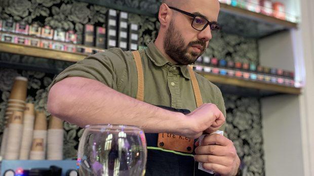 Множество пътешествия из света провокираха нова страст у тях – издирването на specialty coffee shops и тестването на най-доброто кафе, което местните пекарни предлагат. Впоследствие добавят и чая и културата, която той носи със себе си. Започват да приготвят филтрации вкъщи и виждат, че в България не могат да си набавят качествено, прясно изпечено кафе, което да отговаря на техните изисквания. Затова се замислят върху идеята да превърнат хобито в работа и да предоставят едни от най-добрите кафета и чайове в света на ценителите като тях. И така създават DREKKA!Христо от DREKKA вече се е фокусирал върху менюто, което ще приготвя на Бакхус StrЕat Fest 4. Да, освен класическите топли напитки, ще има и няколко коктейла с кафе. Вече четири години, DREKKA разпространява спешълти кафе културата у нас и иска да покаже на широката публика, че може да пие вкусно кафе навсякъде.