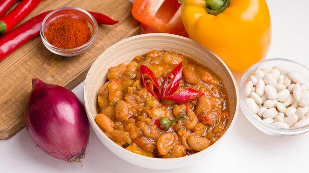 Тавче гравче - традиционно македонско блюдо с боб, кромид лук, олио, сухи червени пиперки и подправки