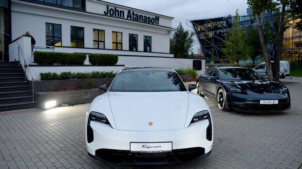 Гостите бяха приветствани с автомобили на Porsche