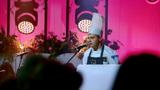 Шеф Веселин Дойков представя ястието си