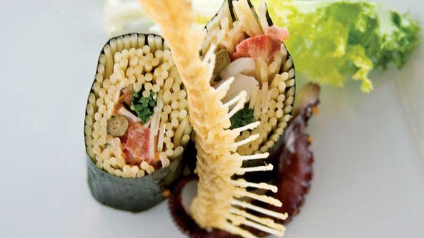 """Камабоко, маорски стил  Камабоко е пастет от рак и риба сузуки, която ние познаваме като лаврак. Сузуки е реката, в която живее тази риба. Салатата е от три вида печени чушки, уакаме (морско зеле), мариновано в сусамово олио. Чушките са печени на """"робата"""" - японската дума за скара. """"Терминът барбекю, който американците използват, идва от новозеландското """"барбекуао"""" - в превод, """"нещо на скара"""". Затова съм го кръстил """"маорски стил"""". Има нашенска салата и капа краставица. Капа е начин на нарязване и идва от мит за огромно животно, подобно на октопо, което живеело в река и изяждало хората до половината. Овкусява се с японски дресинг от оризов оцет, саке, горчица на зърна, сол, захар и чесън."""