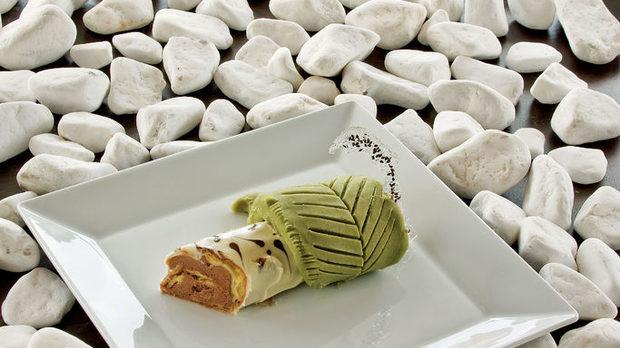 Брезова клонка с лист  Листото представлява марципан от бял боб със зелен чай. Бобът се пасира, а след това му се изкарва цялата влага. Клонката е приготвена от еклер, а отвътре има ганаш с черен сусам.