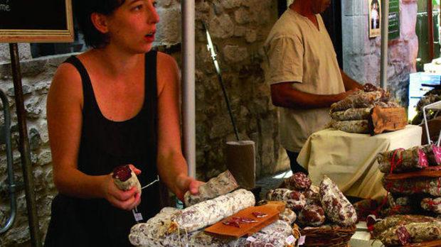 Съкровищата на местния тероар се продават на зрелищни пазари, които всеки ден са в различен град