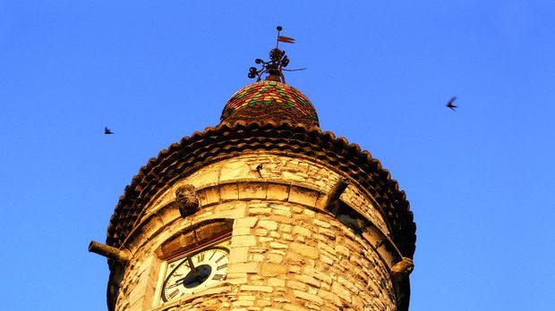 Часовникови кули отмерват времето във всяко френско село