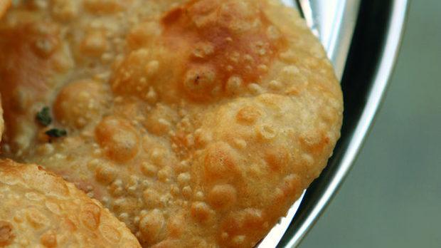 Пури е традиционен индийски хляб, приготвен от пълнозърнесто брашно, вода, сол, който се пържи в гхи (пречистено масло) или олио и от това бухва. Ароматът му се носи от горещите тигани, на които се пържи направо на улицата и се поднася още цвърчащ в палмови листа. За предпочитане е да се яде незабавно, в краен случай може да се остави да изстине до половин час. След това се втвърдява и се превръща в бааси, буквално - уморен, или изпразнен хляб. Често се поднася по време на религиозни церемонии, заедно с други вегетариански ястия.