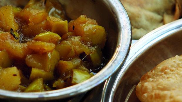 Тази вариация на един от най-разпространените в индийската кухня сосове - чътни, е от леко запържени ябълки и захар в гхи с канела, кимион, ким, чили и куркума. Функцията му е на сос, но консистенцията и вкуса - по-скоро на мармалад. Задължително се яде прясно, не се консервира, а иначе може да се приготви от всеки плод или зеленчук, който се окаже под ръка.