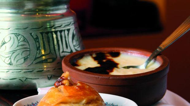 Шекер пааре и сутляч Султанки, тюрбанки, кадънки, сарайки, кадън гюбек - десертите с нежни имена и много шербет са запазена марка за турската кухня. Шекер пааре са сиропирани курабийки. Всяка домакиня, и бедна, и богата, ги прави в Турция. Лесни са - маслено тесто, яйчица, бакпулвер и заливка със захарен сироп.