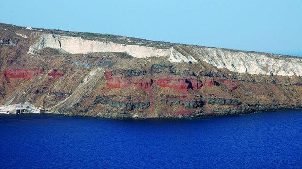 Гледан откъм морето, брегът не оставя съмнения за вулканичния произход на острова.