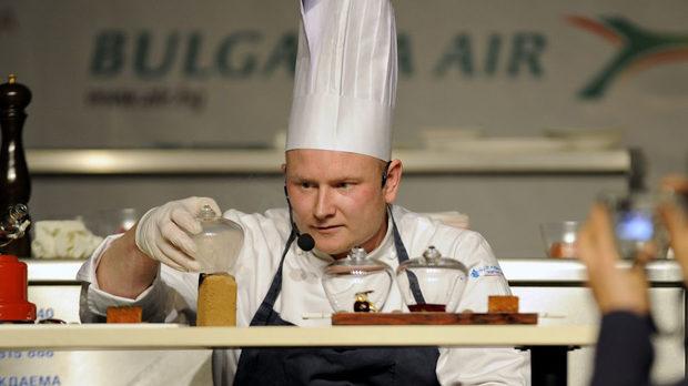Мортън Томпсън от Дания вкарва ябълков дим под капака на своята сьомга 42 градуса по Целзий
