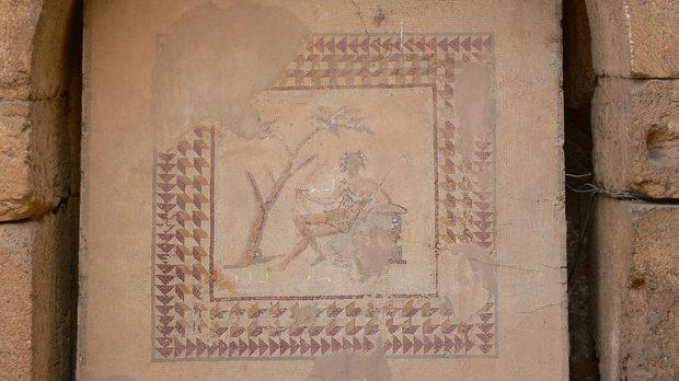 И... самият Бакхус - мозайката се съхранява в ниша срещу входа на храма