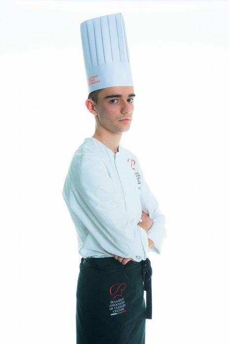 """Любомир Раданов в момента е 12 клас и учи производство на кулинарни изделия и напитки в ПГТ,,Проф. Д-р Асен Златаров"""", Варна. Той работи в ресторант """"Ernie Hemingway"""" във Варна, а зад гърба си има натрупани редица отличия от регионални и национални конкурси."""