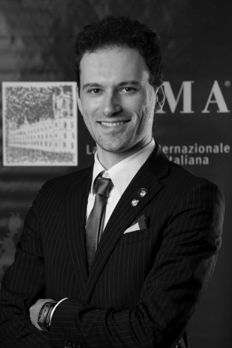Чиро Фонтанези е роден в Мантова, Италия през 1984 г. и неговата първа любов е математиката - затова той става инженер. Но един прекрасен ден той открива супертосканските вина. От първата глътка разбира, че неговата страст всъщност е виното и той му се отдава напълно. Завършва Международното училище по италианска кулинария АЛМА и не след дълго защитава диплома трето ниво от Италианската асоциация на сомелиерите (AIS). Философията на Чиро Фонтанези е, че виното е една вселена, в която винаги има нещо ново, което очаква да бъде открито.В лекцията си той ще сподели тънкостите и новостите около в сферата на професионалния food and wine pairing.Можете да купите куверт от сайта на събитието тук.