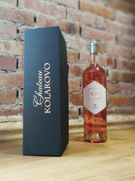 """Избата се представя на пазара с няколко бранда. Чисто сортовите вина са с марка """"Шато Коларово"""" - Мерло, Каберне совиньон и Сира. Купажните вина са с брандовете """"Ахал"""" и специалната селекция """"СКС"""". Името """"Ахал"""" е съкратено от Ахал-Теке, което означава """"небесен, божествен кон"""". Собственикът на винарната е и собственик на единствения жребец от породата Ахал-Теке в България. Серия """"Мегалит"""" е изцяло от чисто сортови резерви, отлежавали между 12 и 18 месеца във френски бъчви, първо и второ зареждане.Стремежът на екипа на ВИ """"Шато Коларово"""" към индивидуалност и постоянство в качеството на вината е отличен с десетки медали от престижни международни конкурси във Франция, Великобритания, Германия, Белгия, Португалия и Канада.Избата е част от Асоциацията на независимите лозаро-винари.Всичко за Bacchus StrEAT Fest 2 вижте тук.КУПЕТЕ БИЛЕТ ОНЛАЙН »"""