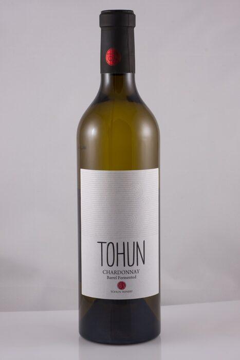 """Tohun Sauvignon Blanc 2016 / ценова категория 15 - 20 лв.Пазарният хит от десет години насам в белите вина е совиньон блан. Затова и почти всяка българска изба го предлага – чист или в най-различни купажи. От редиците със совиньон блан, които съм опитала напоследък, този най- ми е на сърце. Елегантен, без да е агресивен, сортов и чист, но заоблен и сочен, това е не просто много добър совиньон, това е отлично бяло вино и чудесно свършена работа на Даниела Стаматова, енолог на изба """"Тохун"""" в Поморие. Гроздето е от собствените им лозя, в близост до морето, затова и виното си плаче да бъде отворено там, където е роденоХарактеристиката на DiVino: Бистро, свежо, сламесто-зеленикаво на цвят. Сложен и съблазнителен нос на типичен жълт совиньон с нотки на маракуя, захаросан цитрус и мокър мъх. Заоблено и плътно тяло с елегантна структура и пикантност, фокусирано, сочно и дълго до финала. Класен совиньон блан."""
