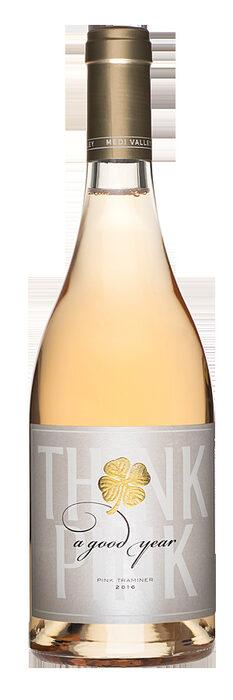 """Medi Valley A Good Year Pink Traminer 2017 / ценова категория 10 - 15 лв.Много интересно вино, много интересен подход и много интересен траминер! Първо ще започна от най-същественото: това не е розе, нищо, че цветът му е розов. Как така? Ами просто е, траминер е бял винен сорт с розово обагрени ципи и ако оставите сока заедно с ципите на гроздето, получавате... точно така, розов траминер. Смело и необичайно решение, но зад него стои един смел и необичаен винар – Стойчо Стоев от изба """"Меди вали"""". И все пак няколко думи за резултата: виното си е типично за сорта с интензивни аромати на роза и захаросани тропически плодове, с доста добра структура (тъкмо заради споменатата технология) и с очарователен розов цвят. Малко неща му трябват на човек в някоя красива лятна вечер на терасата и едно от тях е този розов траминер.Характеристиката на DiVino за реколта 2016: Много красив, нежнорозов цвят с нюанс на лучена люспа. Интензивен и типичен сортов нос (роза, личи и сухи билки) с усещане за свежест и сладост. Сочно и плодово на вкус с пикантна цитрусова горчивина (розов грейпфрут) в иначе свежия финал."""