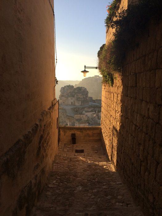 Ако имате малко повече време на разположение, трябва да посетите и Матера - град, който се намира на границата с регион Базиликата, населяван от времето на неолита в пещери, или sassi, издълбани във варовиковата скала.Вижте цялата статия тук.