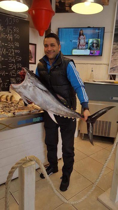 """Balkan Fish е създадена през 2005 г. и е сред първите играчи на рибния пазар.От самото начало екипът започва смело: вместо със сигурните шаран и скумрия, избират да продават все още непознати средиземноморски риби. Вносът е от Гърция, съотношението между дивия улов и развъдниковите е 80:20. Всеки ден в двата си магазина предлагат средно 60 вида риби и морски дарове, много често и по-редки като блуфин туна или риба-меч. Доставката е четири пъти седмично. Наблюденията на Митко, собственик на Balkan Fish, са, че напоследък хората все повече се ориентират към дивия улов или тази от свободния риболов """"Това е истинската риба, и в тази посока ще продължаваме да се налагаме.""""Разбира се, без да забравят и основното си правила за бизнес: постоянство, разнообразие, отговорност към клиента, и качество.Всичко за Бакхус Fish Fest вижте тук.Научавайте новостите за събитието във Facebook.КУПЕТЕ БИЛЕТ ОНЛАЙН >>>"""