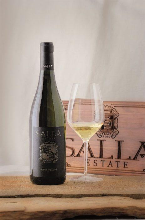 """Бутиковата изба Салла Естейт се намира в с. Блъсково, на 60 км от Варна и 300-те дка лозови масиви се радват на живописни гледки от хълмовете наоколо, както и на свежестта на черноморския бриз. Името Салла идва от думата """"салих"""", която означава """"чисто, хубаво, добро"""", което напълно се отнася и за вината на избата. Талантливият екип на винарната работи както с по-добре познати бели и червени сортове, така и с по-рядко срещаните в България ризлинг и каберне фран, на които ние сме големи фенове. Затова по време на Бакхус Fish Fest ви съветваме да не пропуснете да пробвате селекция от вината им на щанда на DiVino.с. Блъсково, община ПровадияВсичко за Бакхус Fish Fest вижте тук.Научавайте новостите за събитието във Facebook.КУПЕТЕ БИЛЕТИ ОНЛАЙН ОТ ТУК:"""