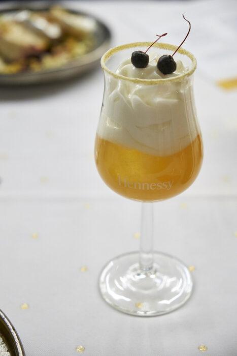 Името на коктейла е Pear and Cardamon Sidecar. Основата е Hennessy VSOP допълнена с ликьор Bénédictine, пюре от поширани круши във вермут, лимонов сок, битерсова тинктура от кардамон, и цитрусова пяна.