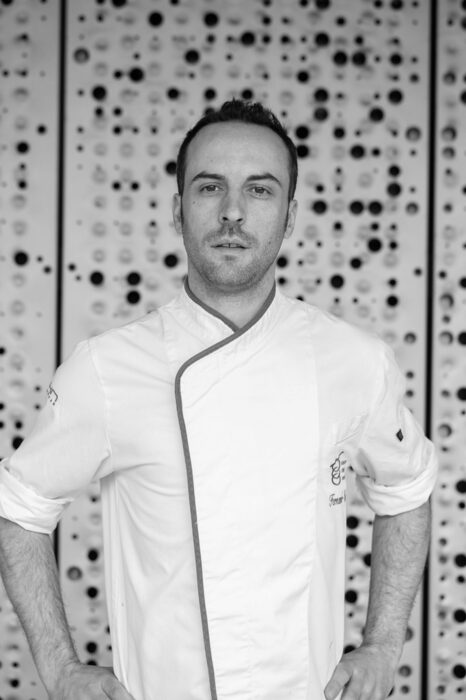 """>>> МАСТЪРКЛАС 1: КУЛИНАРНИ ИНОВАЦИИ,ВДЪХНОВЕНИ ОТ БАСКИТE>>>Фернандо Паласио е роден в Мадрид и завършва """"Управление на кухнята и Гастрономия"""". Работил е в знаменити ресторанти в Испания като Mugaritz (2 звезди) и Diverxo (3 звезди). По-късно специализира в отделите за """"Иновации и развитие"""" на Mugaritz и """"Баския Кулинарен Център"""", където работи и до днес като изследовател и професор. Той ще изнесе лекция заедно с колегата си Адриан Леонели, на която ще ни представят кулинарни иновации, вдъхновени от баските.✦✦✦☛ Вижте повече информация и запазете вашето място още сега на www.bacchus.bg/top! Цената за целия лекторски панел е само 60 лева с предварително запазване на място."""