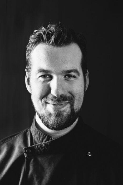""">>> ЯСТИЕ: Оризово тесто пълнено със свинско, скариди и подправки, върху биск от скариди, шери, тонкацо с боровинки и чипс от хамон /Поднесено с коктейл с Beluga Noble >>>Любовта към храната на Цветомир Николов започва от вкусните гозби на баба му, които го вдъхновяват да учи професионално кулинария. Желанието му за пътешествия пък го отпраща в кухните на водещи ресторанти във Великобритания, Норвегия и Франция, като 3-звездния Clos des Sens в Annecy-le-Vieux и 3-звездния Maaemo в Осло, където натрупва сериозен професионален опит. През 2016 г. отваря собствен ресторант в София - Niko'las 0/360, a само две години по-късно печели наградата """"Ресторант на годината"""" за 2017 г.✦✦✦☛ За куверти: bacchus.bg/top"""