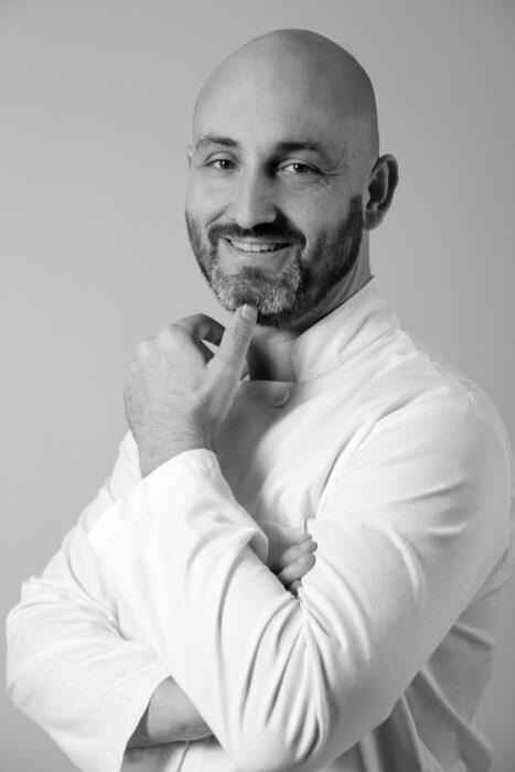 """>>> ДЕСЕРТ: Портокал, шоколад и иберийски емоции Поднесено с коняк Hennessy X.O. >>>Франсиско Лоренсо идва от поколения на майстори сладкари и кулинарията тече във вените му. Израснал е в Испания, но работата му го отвежда в ресторанти в Европа, Америка и Азия. Ръководил е кухните както на гурме ресторанти, така и на големи международни вериги. В работата си той комбинира вкусовете от старите семейни рецепти с нови техники и превръща класическото в модерно, като търси вдъхновение в архитектурата, химията и киното. Днес той е екзекютив шеф на HRC Culinary Academy и шеф-инструктор в ресторант """"Таланти"""" - София.✦✦✦☛ Вижте повече информация за събитието и купете своя куверт още сега на bacchus.bg/top"""