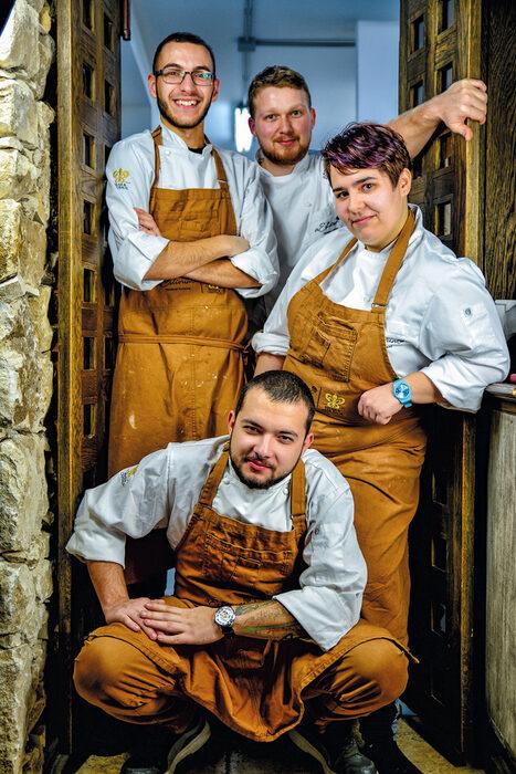 Първокласният гурме ресторант aEstivum в Zornitza Family Estate Relais & Chateaux ще ви очарова с виртуозно приготвени ястия от световната кухня и модерни интерпретации на традиционни български рецепти. Екипът на шеф Васил Спасов се състои предимно от млади хора, които с удоволствие експериментират с нови техники и вкусове. Популярни ястия като сирене по шопски, качамак и суфле тук имат съвсем друг смисъл. >>>Следете ни последните новости във Facebook »Всичко за Bacchus StrEAT Fest вижте тук. »Купете билет онлайн от тук