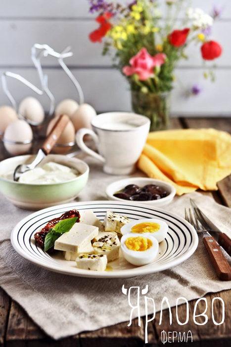 """"""" Ферма Ярлово"""" се намира в подножието на Витоша, с. Ярлово. Здрава храна, здрави деца и чист свят е тяхната мисия и ние им вярваме. Натурални млечни продукти - кисело и прясно мляко, масло, извара, краве сирене - зряло и прясно, ръчен кашкавал и още. Фермата е на пазара вече 4 години и имаме невероятното щастие да се възползваме от доставки до домовете и офисите. Може да откриете продуктите им във fermajarlovo.bg и shtaiga.bg. Но най-добре елате да се запознаете с тях на живо на третото издание на Бакхус StrEAT Fest.Следете ни последните новости във Facebook »Всичко за Bacchus StrEAT Fest вижте тук. »Купете билет онлайн от тук"""