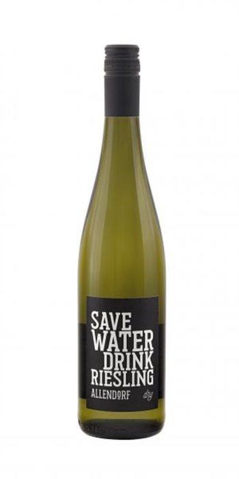 Fritz Allendorf Save water drink Riesling 2018Семейство Алендорф живее и прави вино без прекъсване от 13 век в една много живописна част на района Райнгау, близо до Винкел и Рюдесхайм. Днес избата се ръководи от дуото брат и сестра Улрих и Кристине, заедно с ентусиазираната помощ на цялото семейство. Целта на Улрих е да прави вина, които са лесни за разбиране, без ненужна претенция и които винаги носят щипка забавление.Save water drink Riesling (Пестете вода, пийте Ризлинг) е базовият клас ризлинг на семейство Алендорф и целта му е точно това - да е толкова пивко и приятно вино, че да го пиете без да се замисляте. Това вино е и един отличен начин да избягате от добре познатите совиньон блан и шардоне и да опитате нов сорт, който да разнообрази виненото ви пътешествие. Виното е свежо, с балансирани киселини и нотки на тропически плодове и бели цветя.Къде: Le Petit QuchéКолко: 23.50 лв.