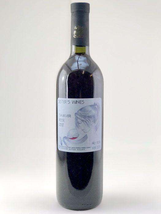 John Okros Sister's Wines Tavkveri Rosé 2017Въпреки наложения вече стандарт за розе от Прованс, тези вина могат да бъдат и изключително комплексни и интересни, с вкус много повече от горски ягоди. Okros e малка фамилна винарна, разположена в гр. Сигнаги, в района на Кахетия в източна Грузия. Подобно на много други производители в Грузия, и за собственика Джон Окруашвили фокусът на винопроизводството се крие в страстта към древните винарски ритуали. Неговите бели и кехлибарени вина са базирани на местни сортове като Ркацители, Мцване и Цоликури, които престояват в големи глинени квеври между 1,5 и 6 месеца.Сортът Тавквери е червен грузински сорт, който често се използва за направата на розе. Виното може да се похвали със свежест и богатство от аромати, като червени горски плодове, череша, но също така и с цветисти нотки като роза. Виното е нефилтрирано, отлежавало 4 месеца в квеври и носи характерният почерк на грузинските вина. Розе за напреднали.Къде: SeewinesКолко: 45 лв.