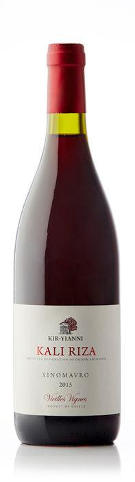 """Kir Yianni Kali Riza Xinomavro 2015Ксиномавро е един от най-известните гръцки сортове, който въпреки вековните си традиции, все още е непознат у нас. Районът на Науса, където се прави това вино е един от най-старите винарски райони в Гърция, а днес там се наблюдава ренесанс във винопроизводството. Най-интересното за сорта ксиномавро е, че вината имат огромен потенциал за стареене и са сравнявани с вината от Бароло в Италия. Kir Yianni е един от основателите на новата вълна изби, като семейството е част от групата на Бутари - собственици на десетки винарни из цяла Гърция. Kali Riza е подходящо вино за запознаване със сорта ксиномавро. Лозята за това вино се намират на 600 м. надморска височина в апелацията Аминдеон. Студеният климат там придава на виното елегантност и свежест. Виното има ярък червен цвят, ароматен нос, с характерните за сорта зрели ягоди и домати, които се допълват от червени плодове и билки. Тялото е стегнато, с висока киселинност (""""ксино"""" кисело, """"мавро"""" черно), и ароматен и дълъг финал. Отлично се съчетава с агнешко, ризото с гъби и отлежали сирена. Къде: IbecoКолко: 29.40 лв."""